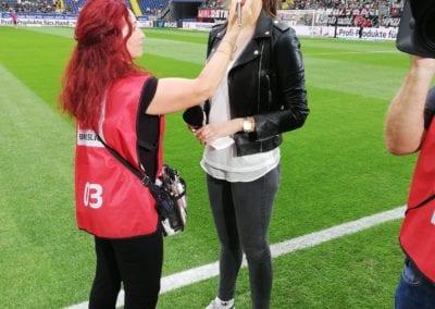 Touch-up bei Sky-Sport Moderatorin Esther Sedladzcek im Fußballstadion / Heidi Debbah Visagistin und Maskenbildnerin